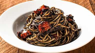 イカスミとセミドライトマトのスパゲッティ-ニ